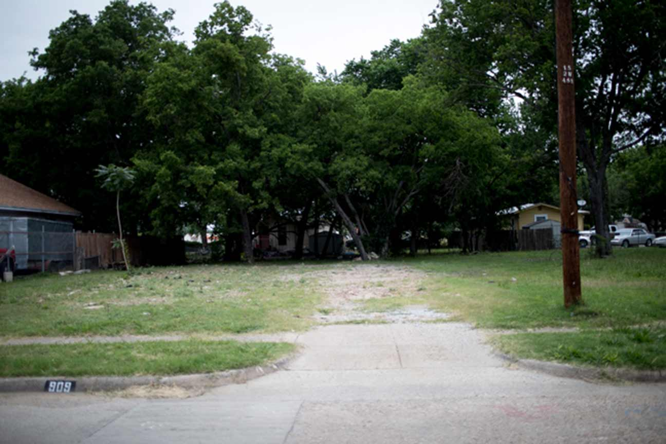 An empty lot at 909 Bayonne Street in West Dallas. Photo/Allison V. Smith