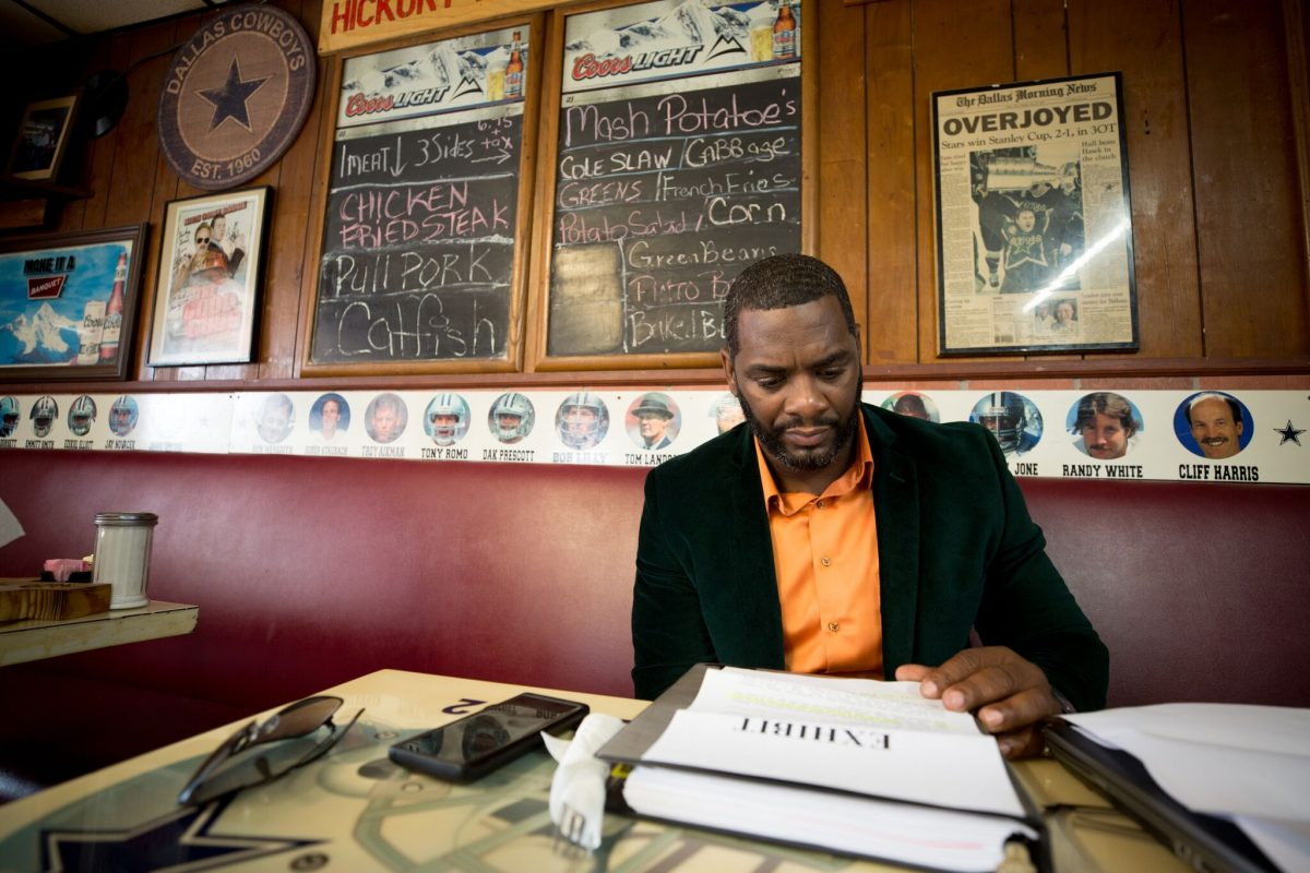 Christopher Scott reads a letter from a Texas inmate while at the Hickory House BBQ on Riverfront Boulevard in Dallas. In his letter, the inmate insists to Scott that he is innocent. (Photo: Allison V. Smith)