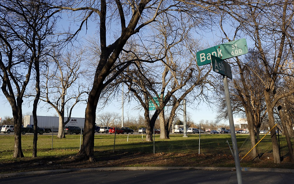 The corner of Bank Street and Ash Lane during rush hour along Interstate 30 in the Jubilee Park neighborhood. Photo/Lara Solt